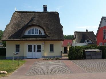 Nordseite Hauseingang mit 3 Stellplätzen vor dem Haus, Grundstück komplett geschlossen