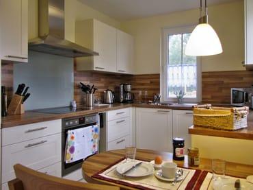 Küche mit Induktionsherd, Backofen, Geschirrspüler, Mikrowelle, Toaster, Heißwassergerät