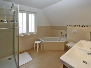 Bad im Obergeschoss mit 1x1m Dusche, Eckbadewanne, Doppelwaschtisch, Haarfön, Schminkspiegel