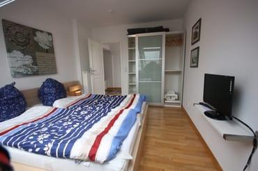 Schlafzimmer mit Doppelbett und 2. Fernseher