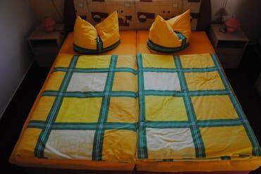 Schlafzimmer mit Doppelbett und Wandbett bzw. Platz für ein Zustellbett