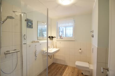 Bad mit Dusche und beheizbarer Handtuchhalter, Fön