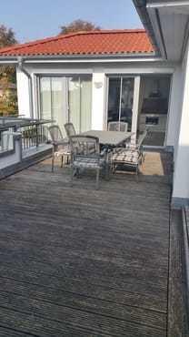 großer Balkon, Bestuhlung mit 6 Stühle mit Blick in den Wohnraum
