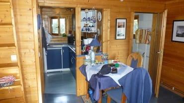 Blick auf Küche und Bad vom Essplatz des Wohnzimmers