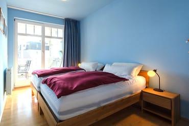 Schlafzimmer mit 2 Einzelbetten als Doppelbett