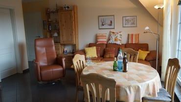 Wohnzimmer mit Sitzecke und Fernsehsessel
