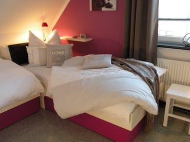 2. Schlafzimmer mit zwei Einzelbetten, TV, großem Schrank, Reisebett, Regal, zwei Hocker, Ganzkörperspiegel. Komplett verdunkelbar.
