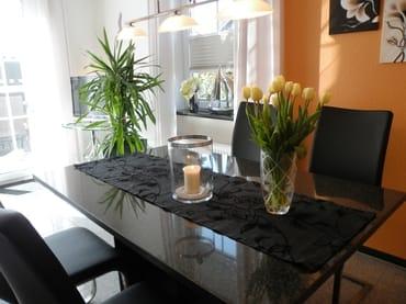 Großer Granittisch zum Speisen, Spielen, Klönen ... Weiterer Sitzplatz in der Küche!