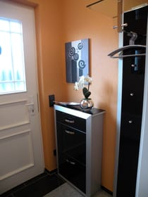 Eingangsbereich mit Schuhkipper und Garderobe