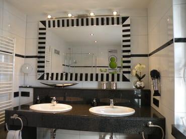 Bad im 1. OG mit Doppelwaschtisch aus Granit mit Designerspiegel, Fön, Kosmetiktücher, Seife, Toil.papier