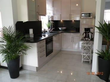 Hochwertige EB-Küche mit Granit! Ausreichend Geschirr, Besteck, versch. Gläser, Töpfe, Pfannen, Messerblock