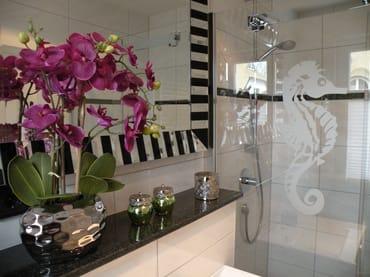 Exklusives Bad mit extra breiter Dusche im EG