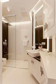 Das Badezimmer befindet sich für unsere Gäste des oberen Bereiches auf der Ergeschossebene und ist mit Dusche und WC ausgestattet.