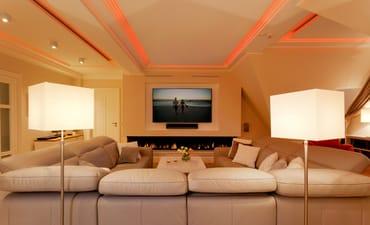 Die Suite verfügt über raffinierte Stuckelemente soweit das Auge reicht sowie über ein einzigartiges Lichtspiel.