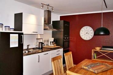 Moderne, vollwertig ausgestattete Küche mit Geschirrspüler