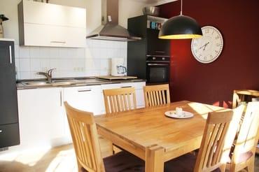 Moderne, vollwertig ausgestattete Küche mit Geschirrspüler und Mikrowelle