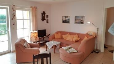 Wohnzimmer mit ausziehbarer Schlafcouch und Fußbodenheizung