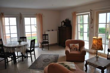 Wohnzimmer mit Essecke und Terrasse, WLAN