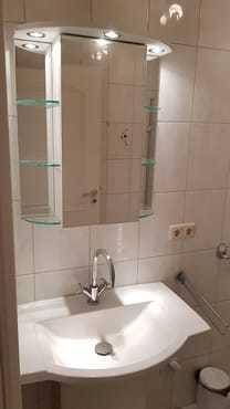 Badezimmer mit Fön und Kosmetikspiegel