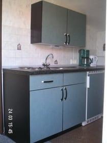 Küchenzeile im Schwalbennest mit Mikrowelle, Kaffeem., Wasserkocher und Toaster