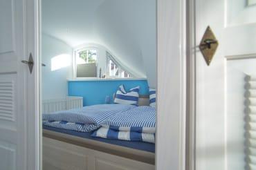 1. Schlafzimmer mit Doppelbett und Kinderbett