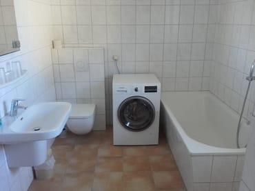 Bad mit Waschtrockner im Erdgeschoss