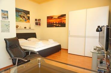 kombinierter Wohn-/ Schlaf-/ Küchenbereich