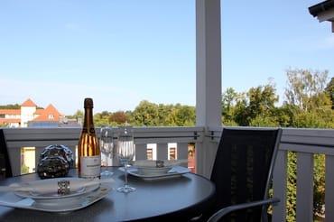 Balkon mit Blick in den Stadtwald und Lindenpark