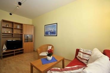 Wohnzimmer mit großem Flachbild - TV und 1 x Schlafcouch für 3. u. 4 .Personen