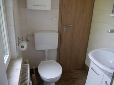WC mit Tür zur Küche