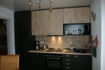 neue Küche mit großem Essbereich, Geschirrspüler, Backofen mit Cerankochfeld, Kühlschrank, extra Gefrierfach, Geschirrschrank mit umfangreicher Ausstattung