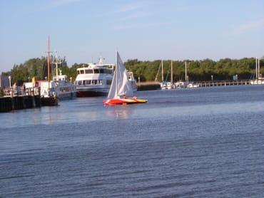 Hafen Zingst - Start der Fähre nach Hiddensee und der Boddenrundfahrten