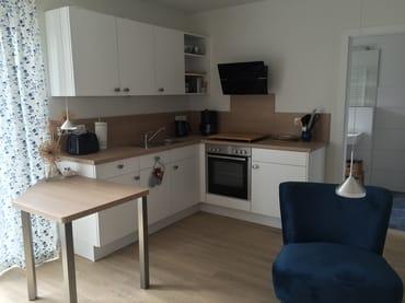 Küche mit Geschirrspüler, Cerankochfeld, Backofen, Kühlschrank mit Tiefkühlfach