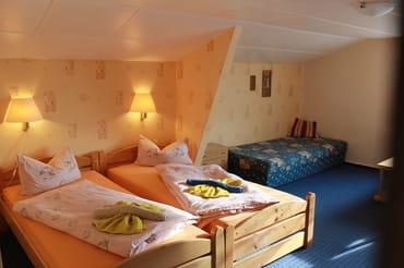 Doppelbett mit Schlafliege Zimmer Sandorn