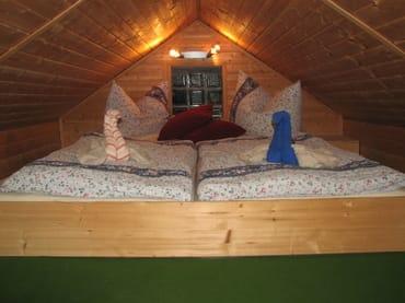 Doppelbett im Spitzboden