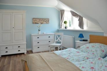 Großes Schlafzimmer mit Bett 180x200