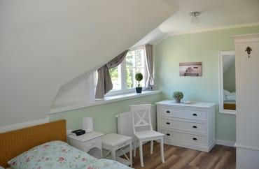 Kleines Schlafzimmer mit Bett 160x200