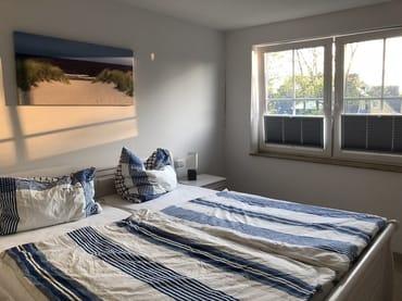 Schlafzimmer 1  mit Dopopelbett und TV