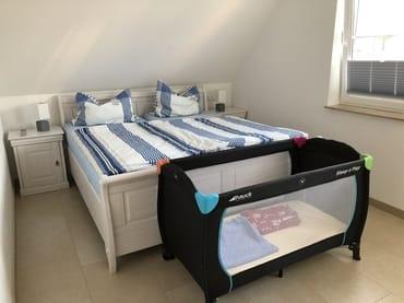 Schlafzimmer 2 mit Doppelbett und Kinderbettt