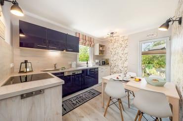 Die separate Küche mit Geschirrspüler, Backofen, Kühlschrank mit Eisfach, Mikrowelle ...