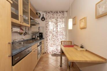 Separater Bereich mit Küchenzeile und Zugang zum Ostbalkon