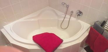 Eck-Badewanne im Bad mit Duschsitz