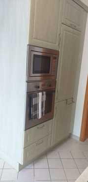 Backofen, Mikrowelle, Kühl- Gefrierkombination in der Küche