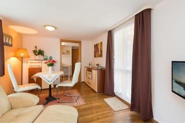 Der Eßbereich befindet sich im Wohnzimmer. WLAN ist kostenfrei vorhanden.