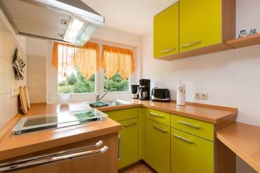 Die separate Küche ist ausgestattet mit Kühlschrank, 2-Platten-Cerankochfeld, Kaffeemaschine, Wasserkocher und Toaster.
