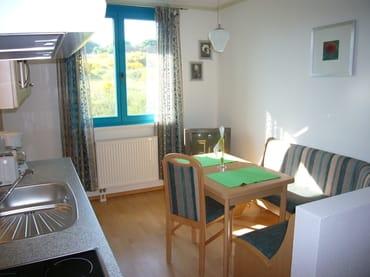 In der Wohnküche finden Sie einen kombinierten Sitz- und Eßplatz, TV und Küchenzeile.