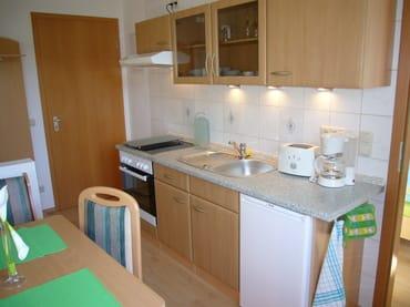 Die Küchenzeile hat einen Backofen, ein Cerankochfeld, Kühlschrank mit Gefrierfach, Wasserkocher, Toaster und Kaffeemaschine.