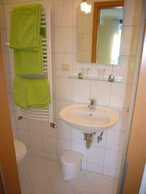 Das Bad bietet WC ...