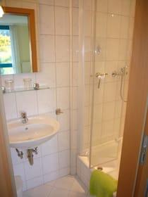 ... Waschbecken und Dusche.