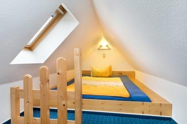 Im Spitzboden befindet sich der Schlafplatz für eine 3. Person. Das Fenster hat ein Verdunkelungsrollo.